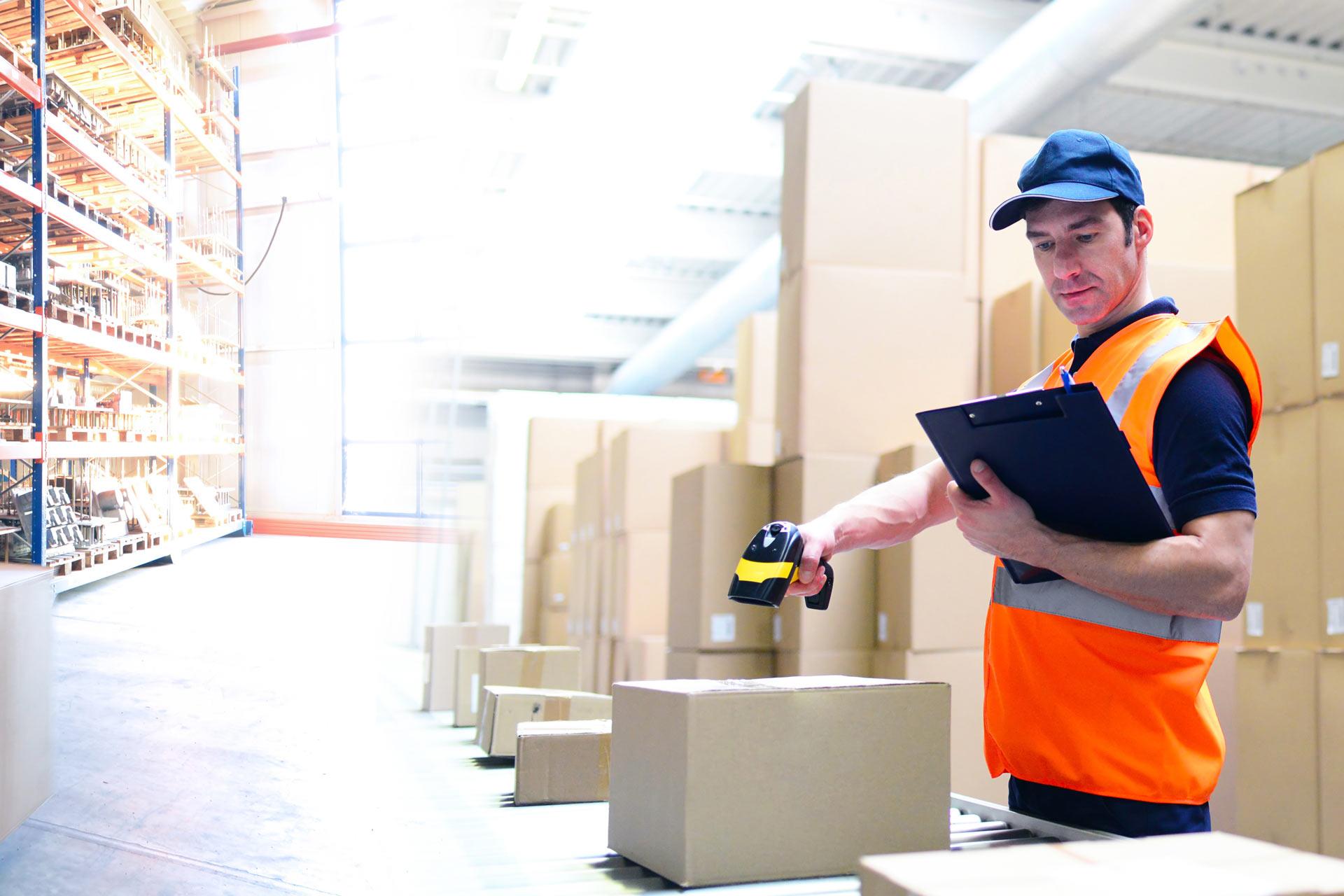 Mitarbeiter scannt Pakete